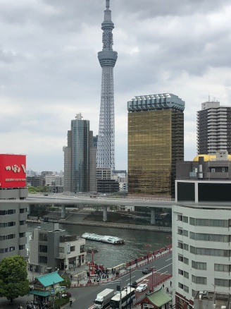 A view over the Sumidagawa in Tokyo, looking over to the Skytree and the Asahi beer headquarters. The Hotaluna is in the river.